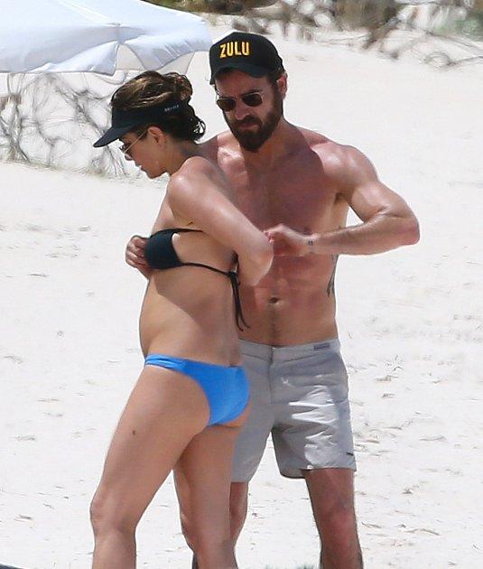 Omanželku se poctivě staral choť, herec Justin Theroux.