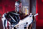 V budoucnu se může zrodit globální umělá inteligence, která se dokáže sama programovat a začne vyvíjet nástroje a roboty bez lidského přispění. Pak by byl jen krůček k válce lidí s roboty, jak ji známe třeba z Terminátora.