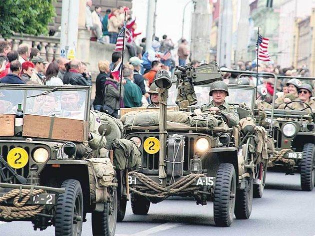 Jízda historických amerických vozidel připomněla osvobození Plzně i dalších západočeských měst a obcí.
