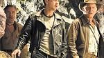 Harrison Ford jako Indiana Jones a Shia LaBeouf v roli Mutta Williamse v hlavní rolích filmu Indiana Jones a Království křišťálové lebky, v pozadí přihlíží Ray Winstone v úloze Maca.