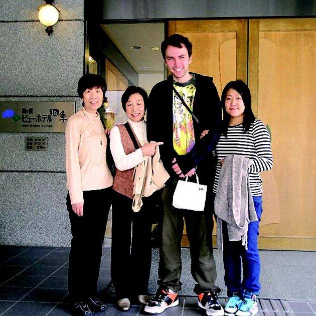 Téměř dvoumetrový Michal je pro Japonky vyhledávanou atrakcí.
