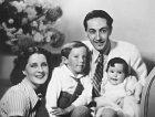 Svysněným mužem Irvingem Thalbergem měla dvě děti.
