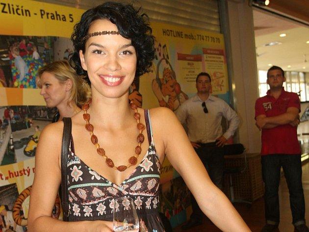 Radka Pavlovčinová si sama vyrobila náhrdelník z pecek.
