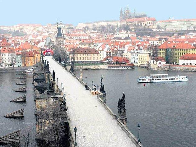 Karlův most má narozeniny. Místo nákladných oslav by ale spíš potřeboval dlouho slibované opravy.