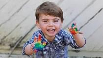 Dvouletý princ Louis nakreslil babičce krásné barevné srdce.
