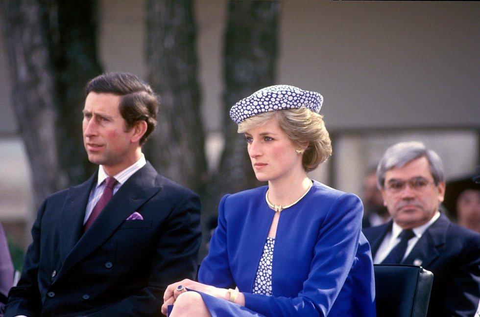 Diana se zlatými náušnicemi, které po ní zdědila snacha Meghan Markle.