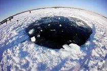 Největší kus meteoritu spadl do jezera Čebarkul, kde zanechal osmimetrovou díru.