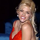Anna Nicole Smith byla americká modelka a playmate. Vzala si devadesátiletého miliardáře a měla s ním dceru. Bohužel slávu neunesla a velice brzy propadla kouzlu drog a večírků.