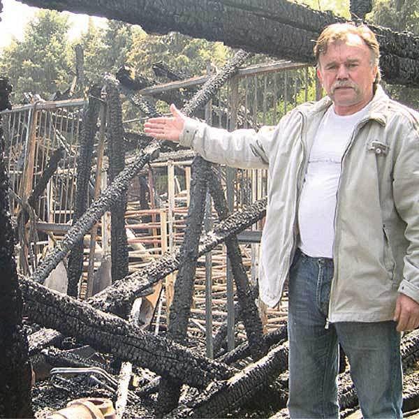 Ludvík Berousek ukazuje, co zbylo z jeho zoo parku.