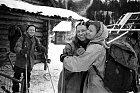 Jurij Judin  opouští výpravu.  Loučí se sLudmilou Dubininovou, vlevo přihlíží Igor Djatlov.