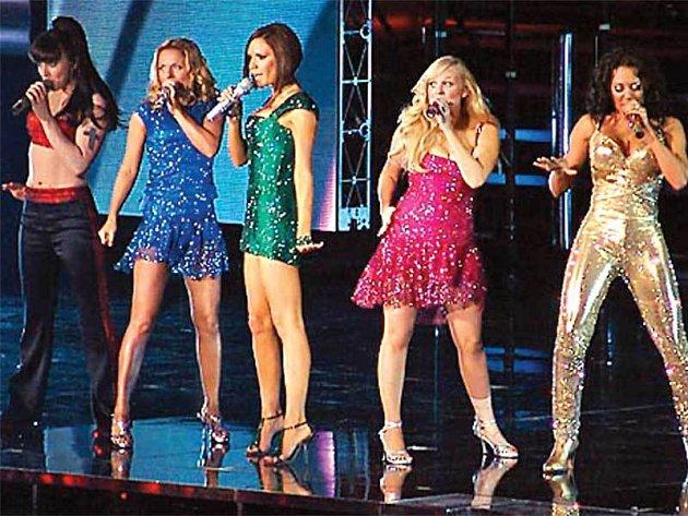 Děvčata ze skupiny Spice Girls na jevišti vLondýně. Drobná Victoria Beckham (třetí zleva) si prý schválně vzala boty sextra vysokými podpatky, aby převýšila ostatní.