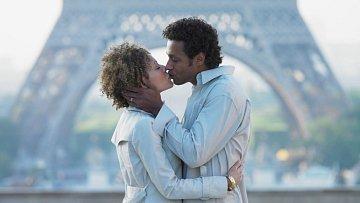 Nejromantičtější chvíle vživotě? Polibek pod Eiffelovou věží tento zážitek splnil už mnoha milencům.