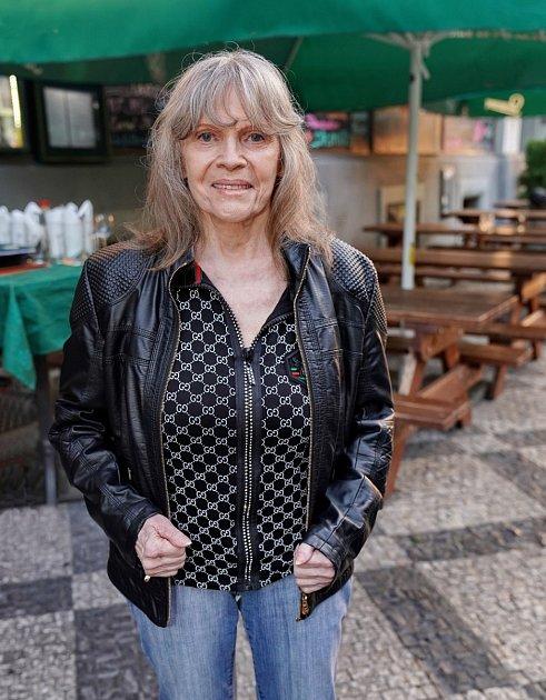 Eva Pilarová rozená Bojanová se narodila vBrně matce švadleně a otci krejčímu. Už od malička věděla, že chce být zpěvačkou a dělala proto vše. Hrála na klavír, a chodila na sborový zpěv.