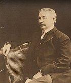Francis Millet, bohatý obchodník s vínem. V Americe se chystal založit novou pobočku.