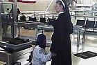 Ani sestry nejsou ušetřeny letištní kontroly.