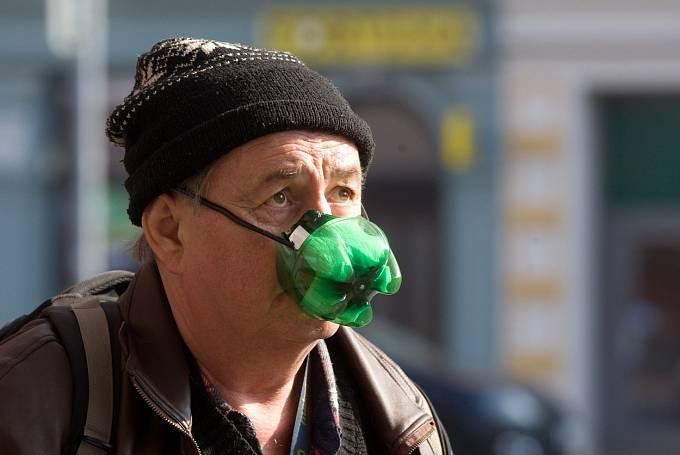 Češi jsou vskutku vynalézavý národ. Jakákoliv ochrana dýchacích cest je lepší, nežli žádná.