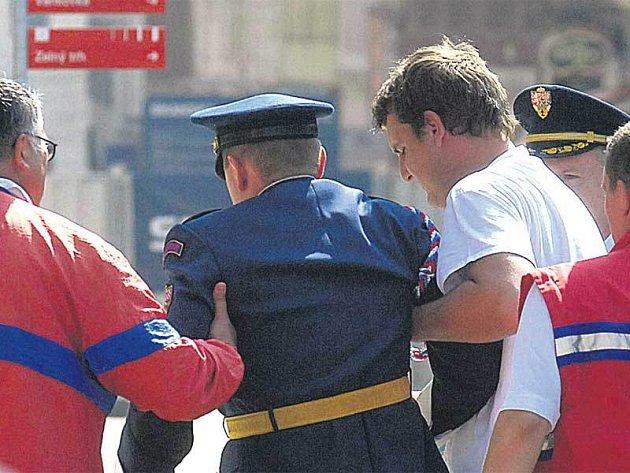 Jako první zkolaboval voják Hradní stráže, který držel italskou vlajku.