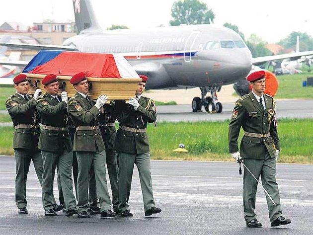 Letadlo TU-154M přistálo v Praze ve tři čtvrti na dvě. Vojáci vynesli rakev za smutečního pochodu na katafalk před budovu.