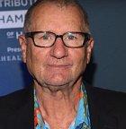 Představitel Ala Bundy se jmenuje Ed O'Neill a po seriálu se uchytil hlavně coby dabér. Kromě dabingu hrál jednu z hlavních postav v seriálu Taková moderní rodinka.  Dá se říct, že vede spokojený život bez extrémních výkyvů.