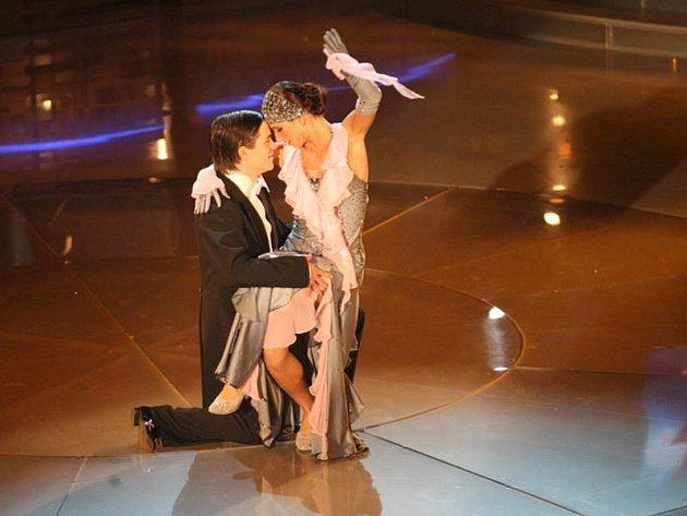 Některé taneční pozice, jako předvádí Jiří Mádl, by bez mnohahodinového tréninku dělali asi jen před těžko.