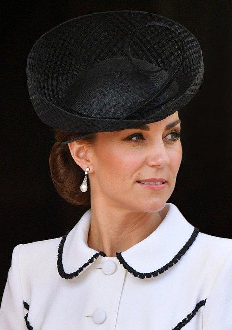 Kate každý outfit doladí pomocí šperků k dokonalosti.