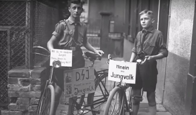 Hitlerjugend na kolech, která hlásají do širého světa, ke komu patří.