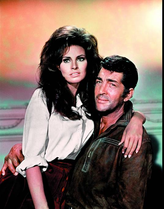 Tohle mu všichni záviděli. Vewesternu Bandolero! (1968) mu naklín usedla Raquel Welchová.