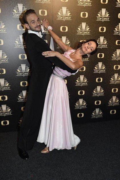 Veronika je vedle 'svého' tanečníka opravdu šťastná.
