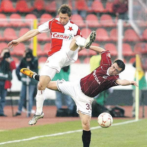 Souboj Hubáčka (vlevo) s Kuličem charakterizuje současný stav. Slavia shlíží na Spartu s˙výhodou dvoubodového náskoku.