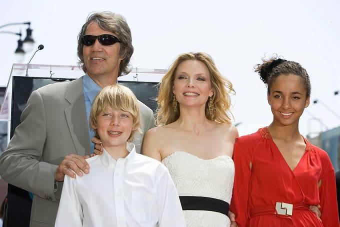 Rodinka: s manželem Davidem, synem Johnem a adoptovanou dcerou Claudií