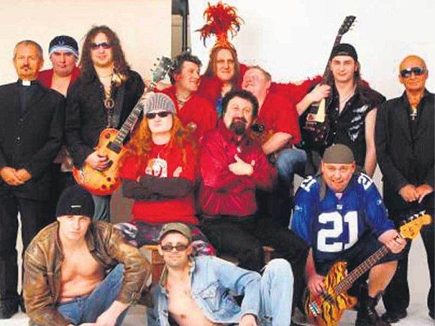 Kluci z Walda Gangu nejsou žádní svatoušci. Úspěšné turné se skupinou Kabát pořádně zapili.