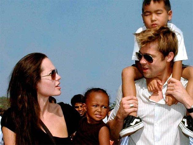 Angelina Jolie sadoptivním dcerou Zaharou zEtiopie a její manžel Brad Pitt sjejich adoptivním synem Maddoxem zKambodže.