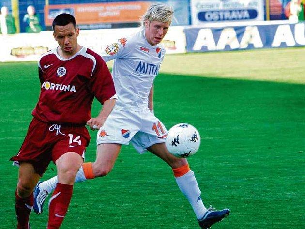 Na Pavla Horvátha (vlevo) si po rychlém gólu dávali baníkovci (na snímku František Rajtoral) náramný pozor.