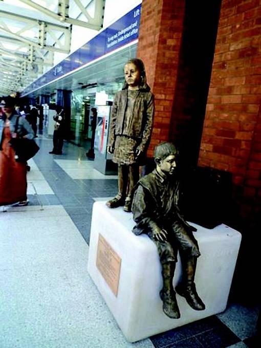 Plastika se stejným tématem je k vidění také na nádraží v Londýně.