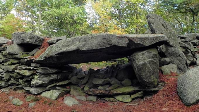 Místu spodivně nakupenými kameny se říká americké Stonehenge, dříve neslo název Mystery Hill, tedy záhadný kopec.