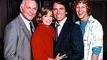 Alan (vpravo) začínal vkomediálním seriálu There´s aCrowd (1984).