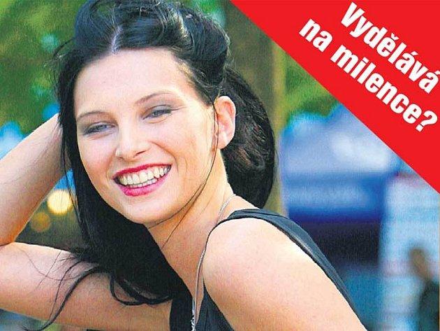 Iva Frühlingová je stejně dobrá modelka jako zpěvačka. Právě díky modelingu se mohla věnovat své hudbě.