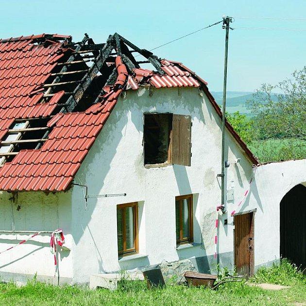 Na zemědělskou usedlost Jaroslava Máčla zaútočil žhář letos už dvakrát. V dubnu shořel kus krovu nové střechy.