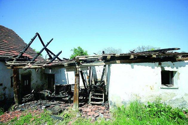 Usedlost Jaroslava Máčla vyhořela už podruhé. Vkvětnu lehly popelem maštale se střechou. Škoda dosáhla 600tisíc korun.