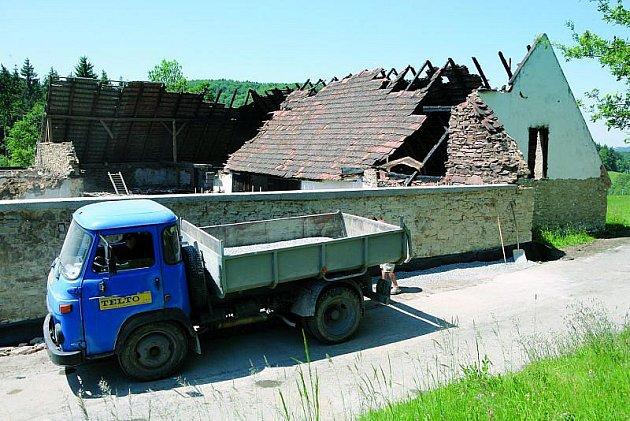 Statek vosadě Osule zapálil pyroman na čtyřech místech. Střechy iobjekt lehly popelem, škoda byla asi 2miliony korun.