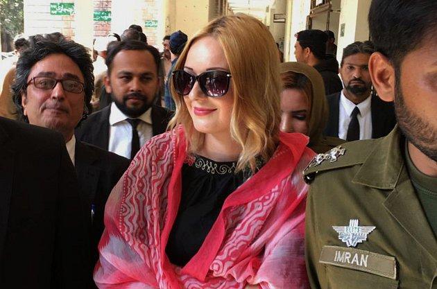Celý život měla prakticky ještě před sebou, ale stihla si ho zkazit, když pašovala necelých devět kilo heroinu ve dvojitém dně kufru. Vhledem ktomu, že byla pašeračka Tereza chycena na mezinárodním letišti vPákistánu, putovala rovnou do tamní cely.