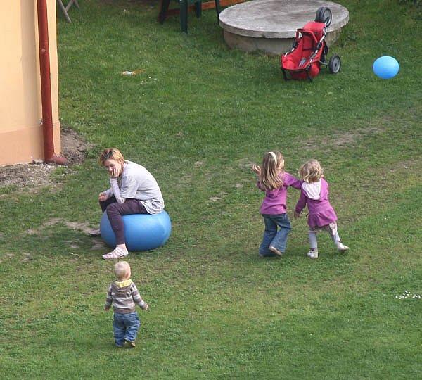 Herečka tráví dlouhé dny na venkově se svými dětmi Františkem, Josefínou a nejstarší Rozárkou. (uprostřed)