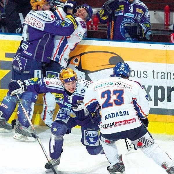 Kladenští hokejisté (v bílém) byli i včera jako z ocele. I díky tomu si Plzeň vychutnali a do play off postoupili.