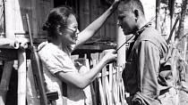 Filipínská vojačka Kapitánka Nieves Fernandez názorně ukazuje americkému vojákovi, jakým způsobem podřízla japonské okupanty v roce 1944.