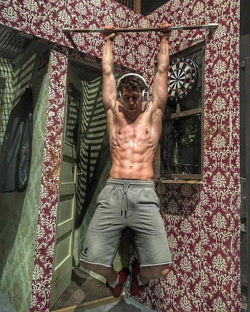 Na představení ukazuje své svaly.