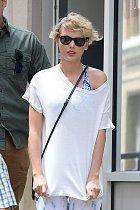 Populární pěvecká superstar si nenápadně si stahovala tričko...