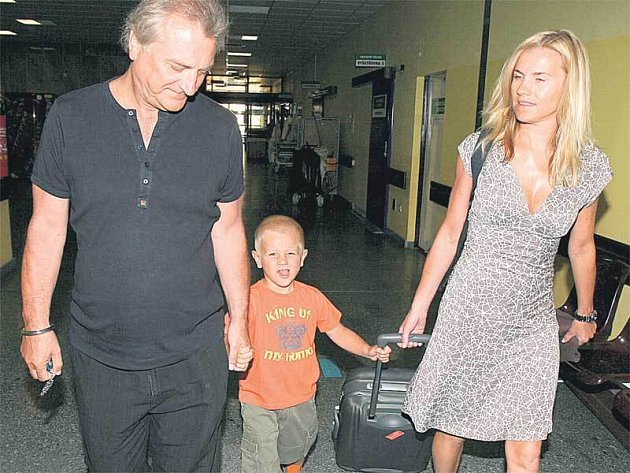 Leonu Machálkovou do nemocnice doprovázeli oba její muži, partner Bořek Šípek a malý Artur.