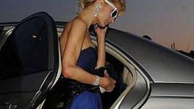 Paris Hilton přijíždí na party do Palm Beach hotelu. Ale musí si ještě někam brnknout. Kupodivu se jí povedo i přes tmavé brýle vyťukat číslo.