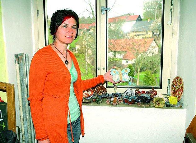 Vklubu Oplaňáček tvoří děti zkeramiky. Výstavku jejich výtvorů nám ukázala místní obyvatelka Oksana Felcmanová.