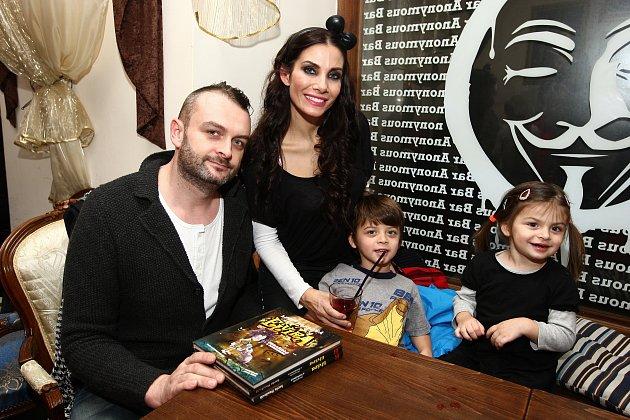 Eva Decastelo, její manžel René Decastelo a jejich děti